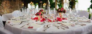 gedeckter tisch und exzellenter service im hotelrestaurant
