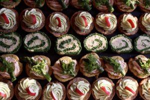 partyservice mit essen und getränken